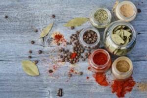 Gewürze und Kräuter sorgen für den nötigen Geschmack in der DASH Diät